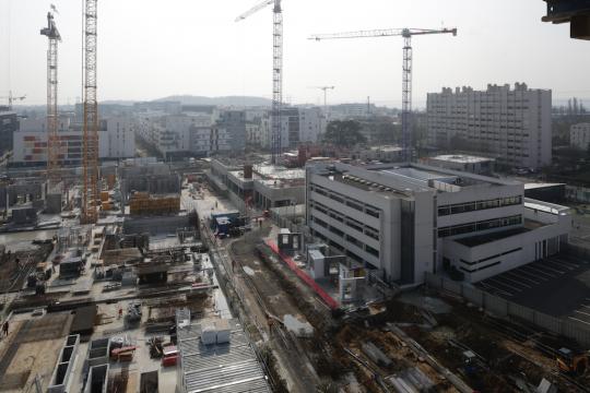 Ilot Centre de Congrès et Cinéma (à gauche), et Ilot du Cèdre - Logements, Carrefour Market et commerces (à droite, derrière l'école Atlantis)